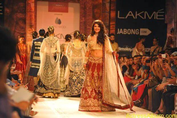 Jacqueline Fernandez Ramp walk wallpapers (3)