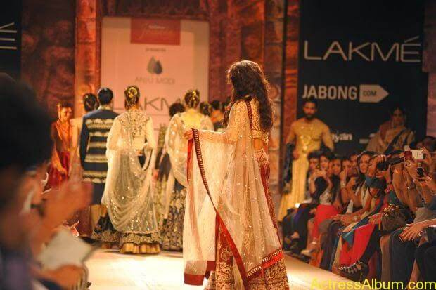 Jacqueline Fernandez Ramp walk wallpapers (4)