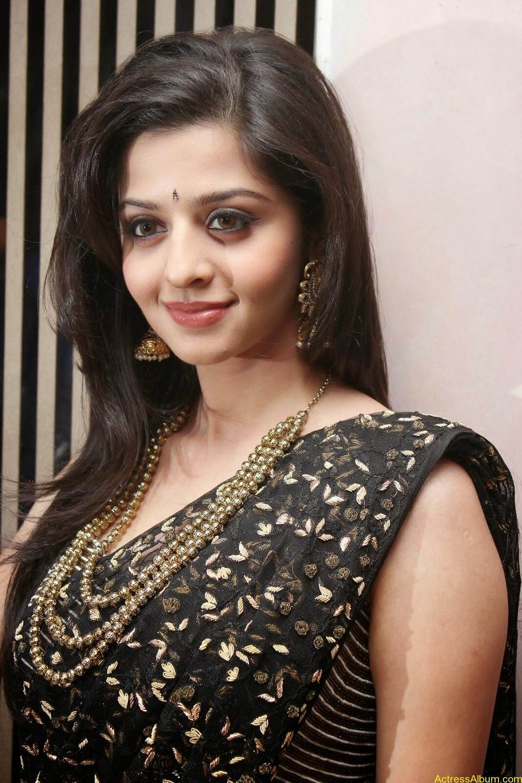Kaaviyathalaivan Movie Actress vedhika Stills (2)