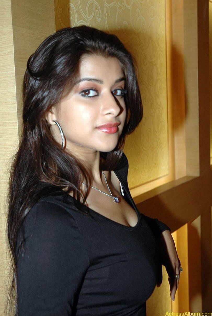 Madhurima hot photos stills in black t-shirt (11)
