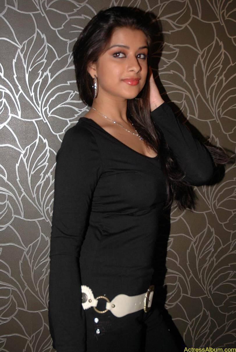 Madhurima hot photos stills in black t-shirt (13)