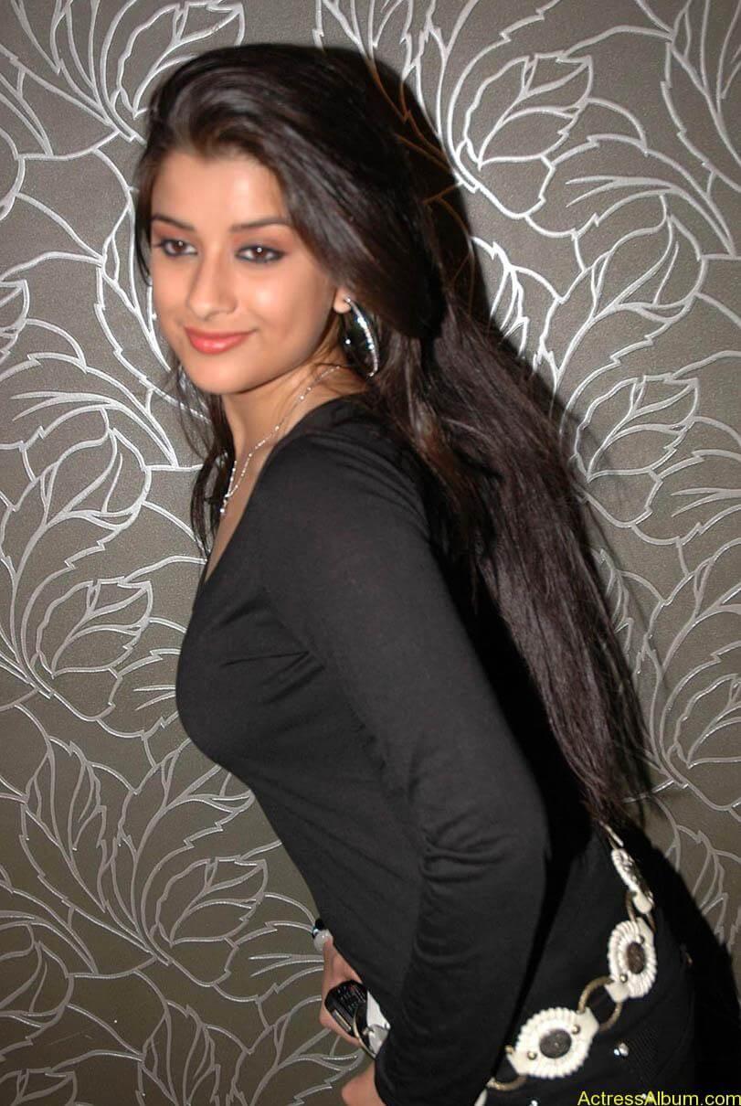 Madhurima hot photos stills in black t-shirt (15)