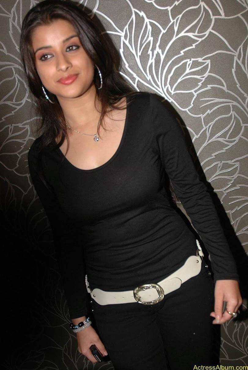 Madhurima hot photos stills in black t-shirt (18)