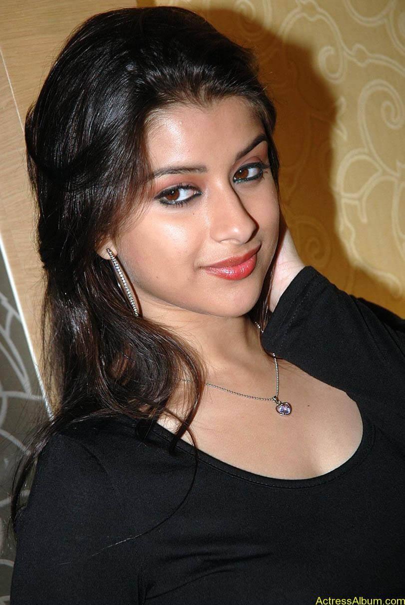 Madhurima hot photos stills in black t-shirt (2)