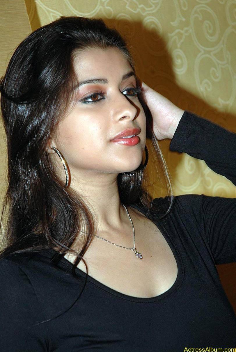Madhurima hot photos stills in black t-shirt (3)