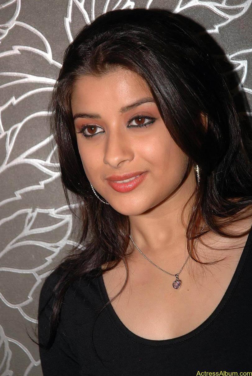 Madhurima hot photos stills in black t-shirt (4)