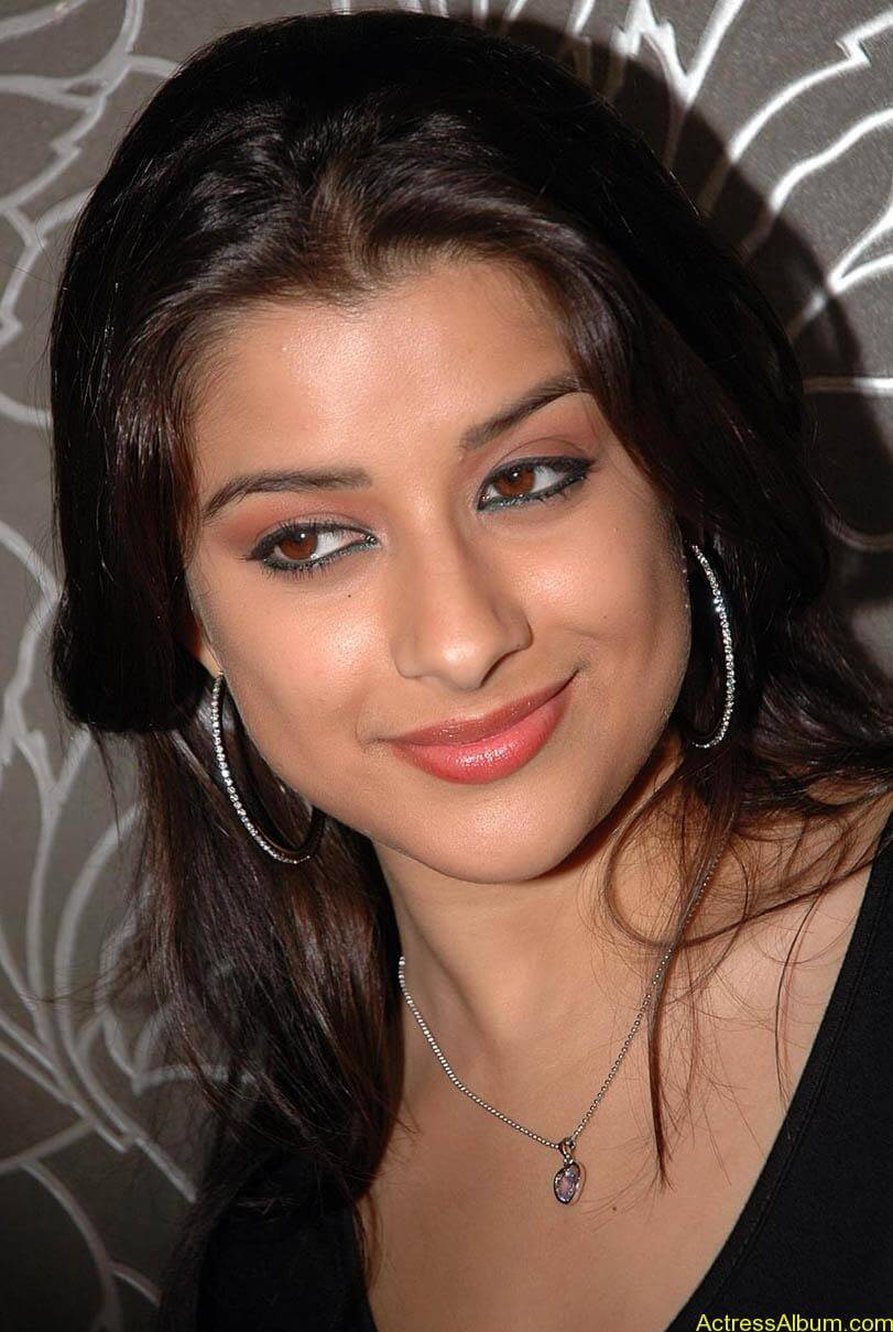 Madhurima hot photos stills in black t-shirt (6)