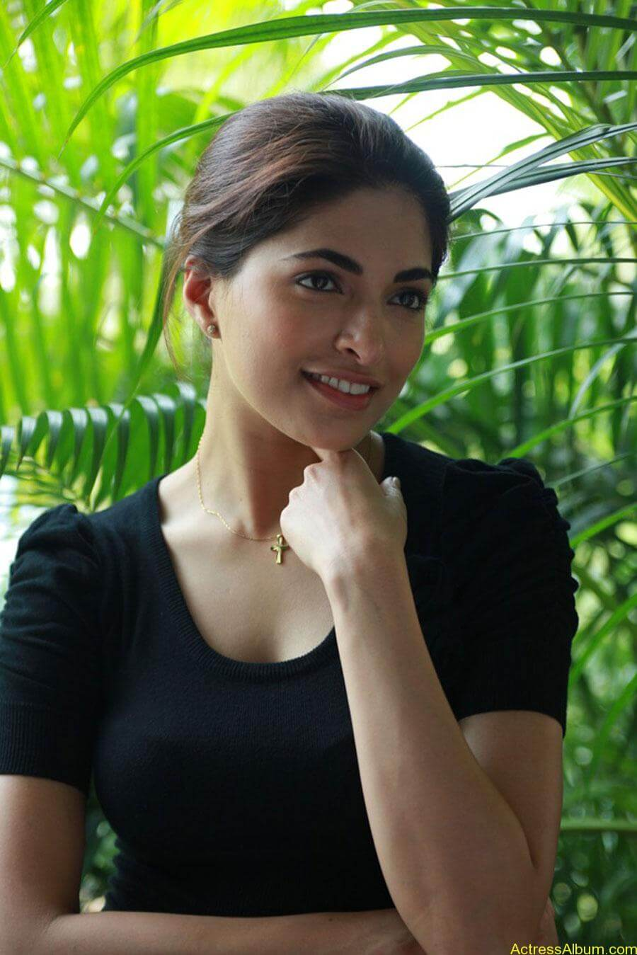 Parvathy omanakuttan hot stills in black t-shirt (3)