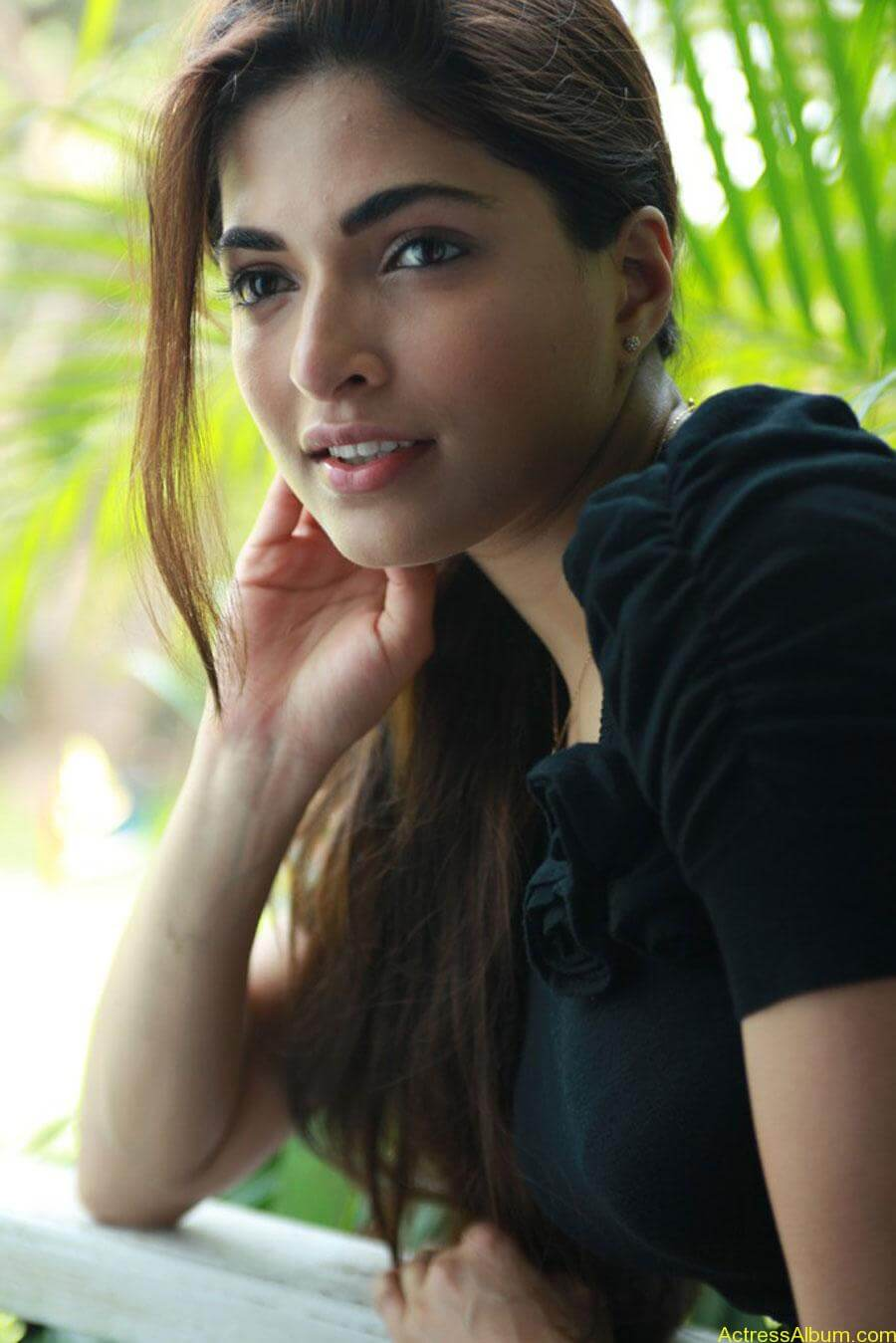 Parvathy omanakuttan hot stills in black t-shirt (4)
