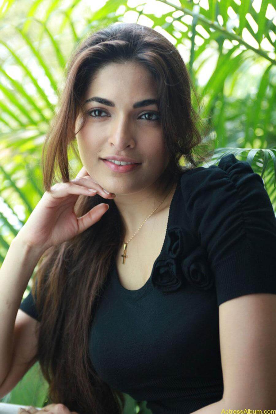 Parvathy omanakuttan hot stills in black t-shirt (5)