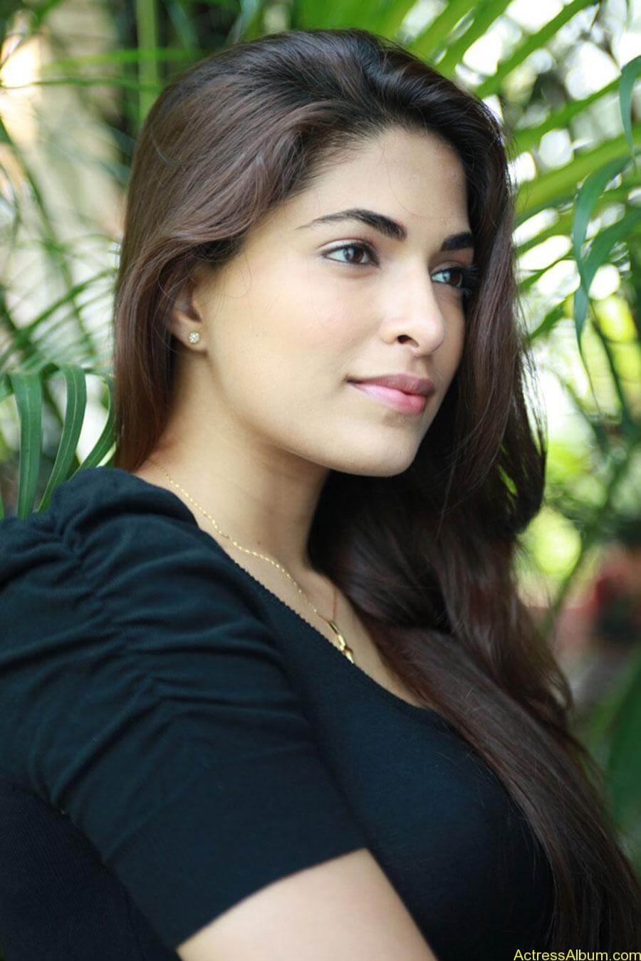 Parvathy omanakuttan hot stills in black t-shirt (6)