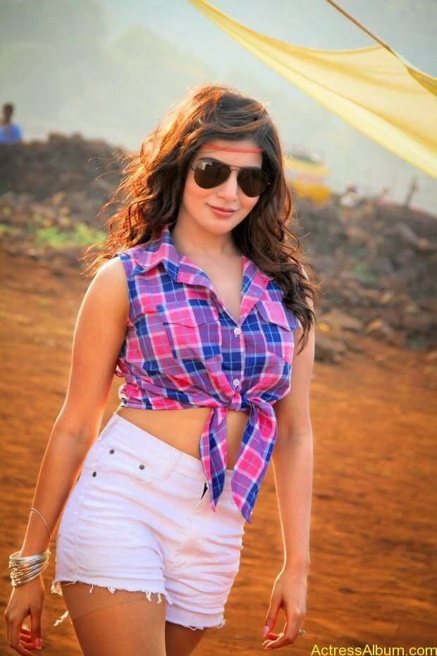 Samantha hot stills in sikandar movie (3)