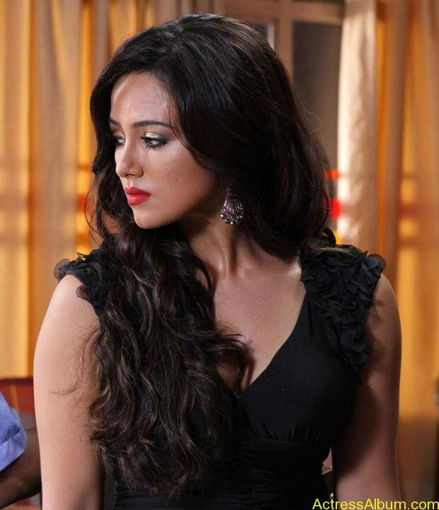 Sana khan latest hot glamour photos (17)