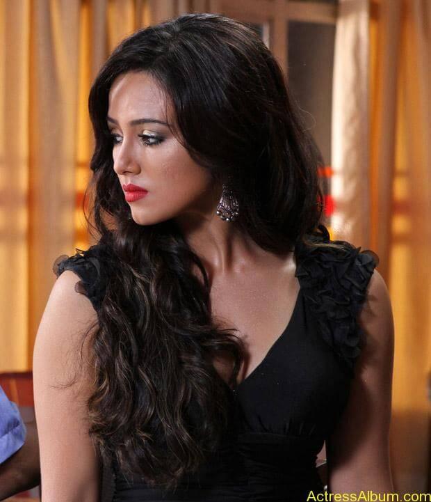 Sana khan latest hot glamour photos (17)