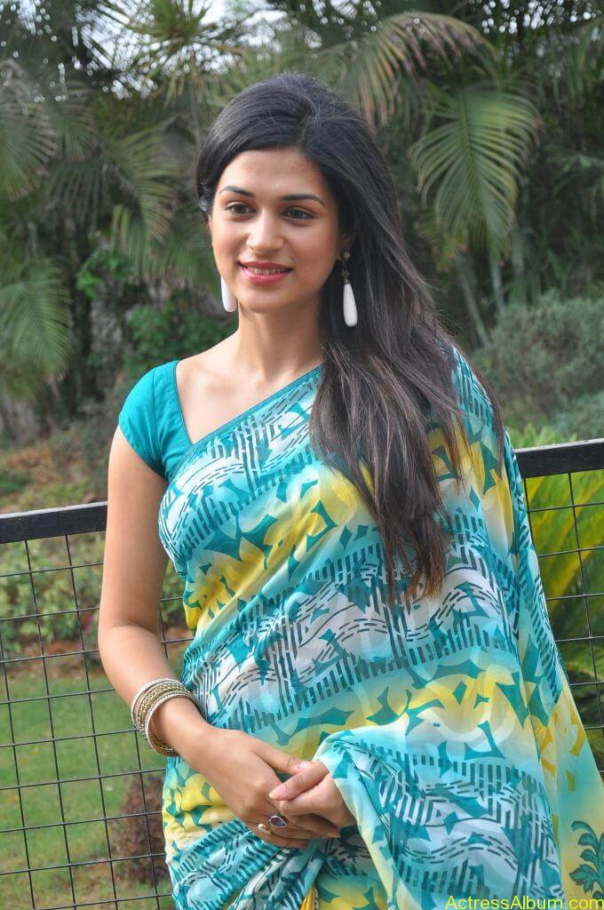 Shraddha Das in blue saree Photos4
