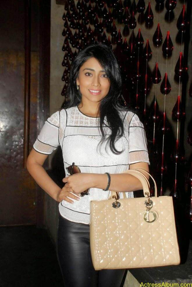 Shriya saran latest hot stills (1)