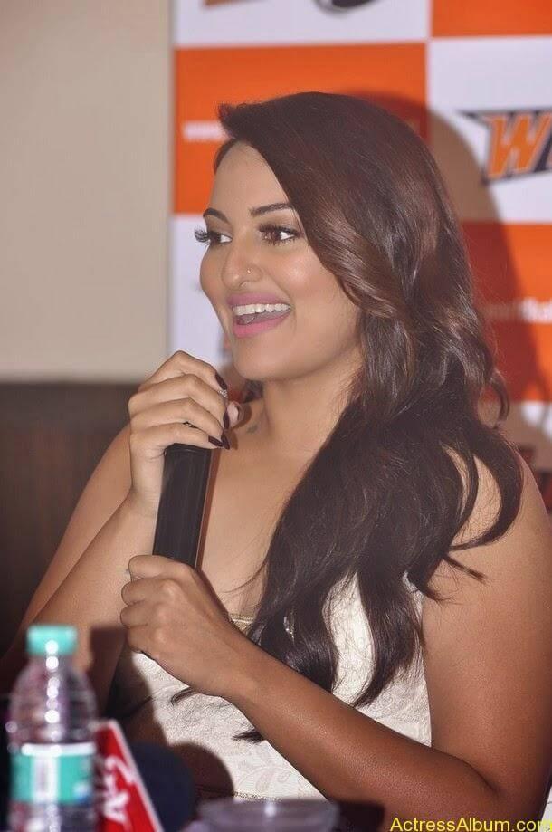 Sonakshi-Sinha-Worldwide-Kabaddi-Pressmeet (9)