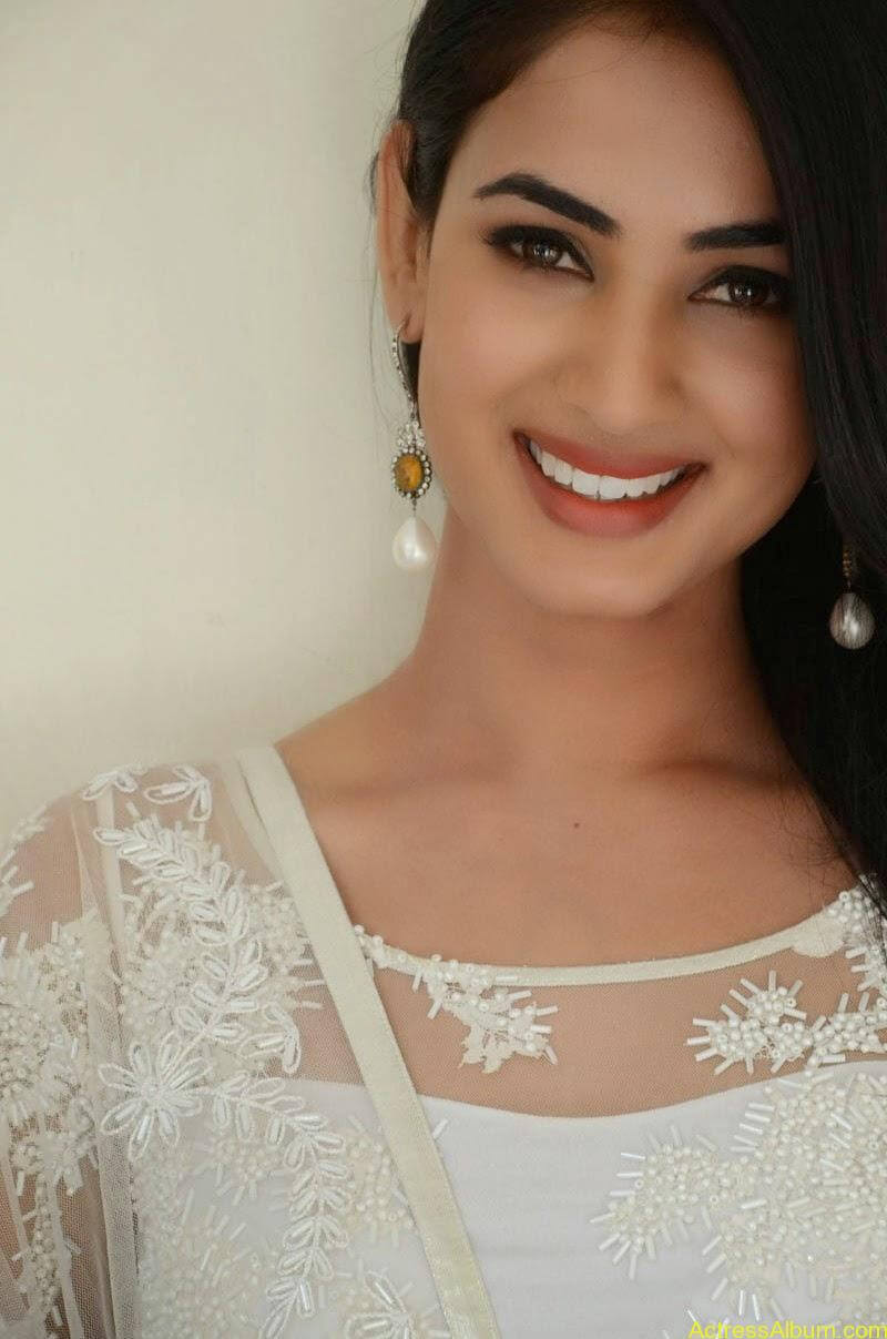Sonal Chauhan Latest Photo Stills (13)