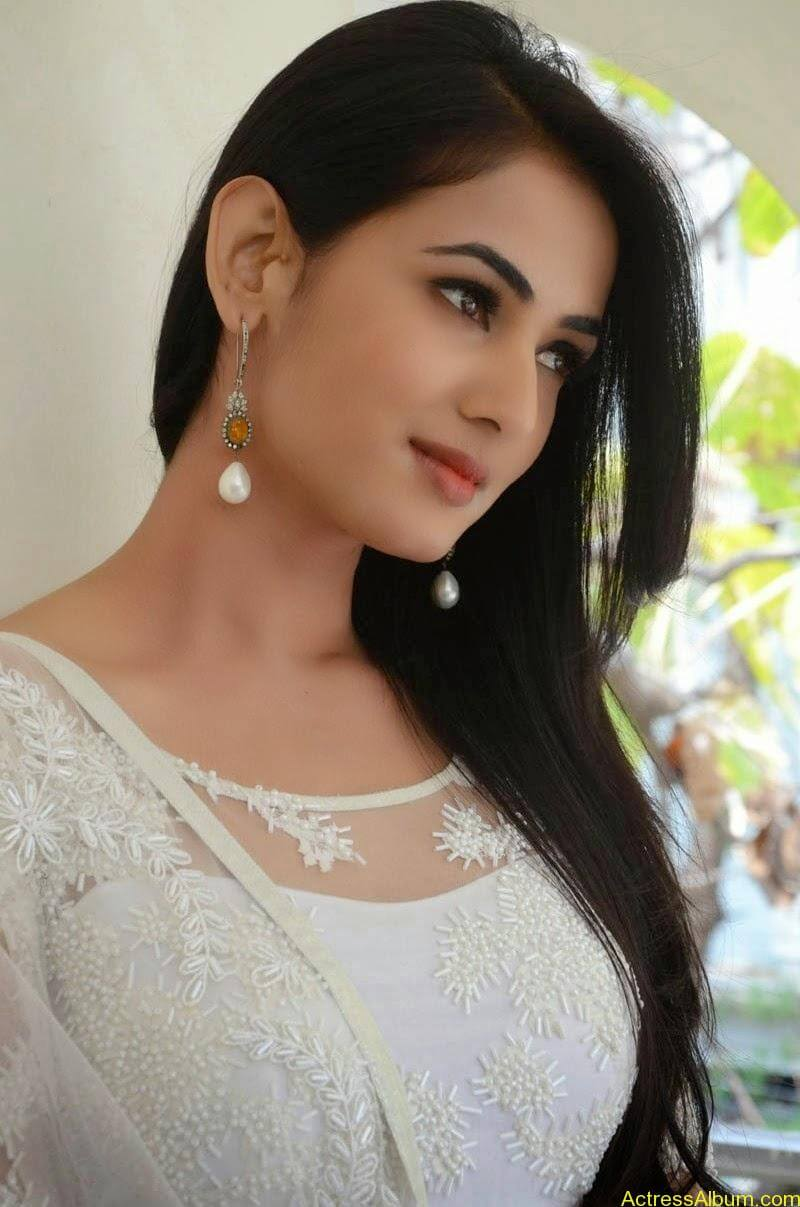 Sonal Chauhan Latest Photo Stills (14)