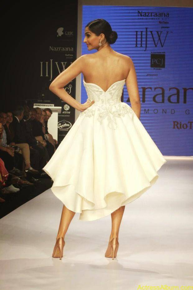 Sonam Kapoor hot ramp walk at IIJW 2014 (1)