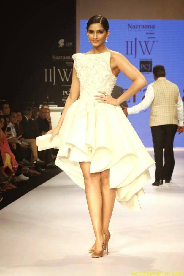 Sonam Kapoor hot ramp walk at IIJW 2014 (2)