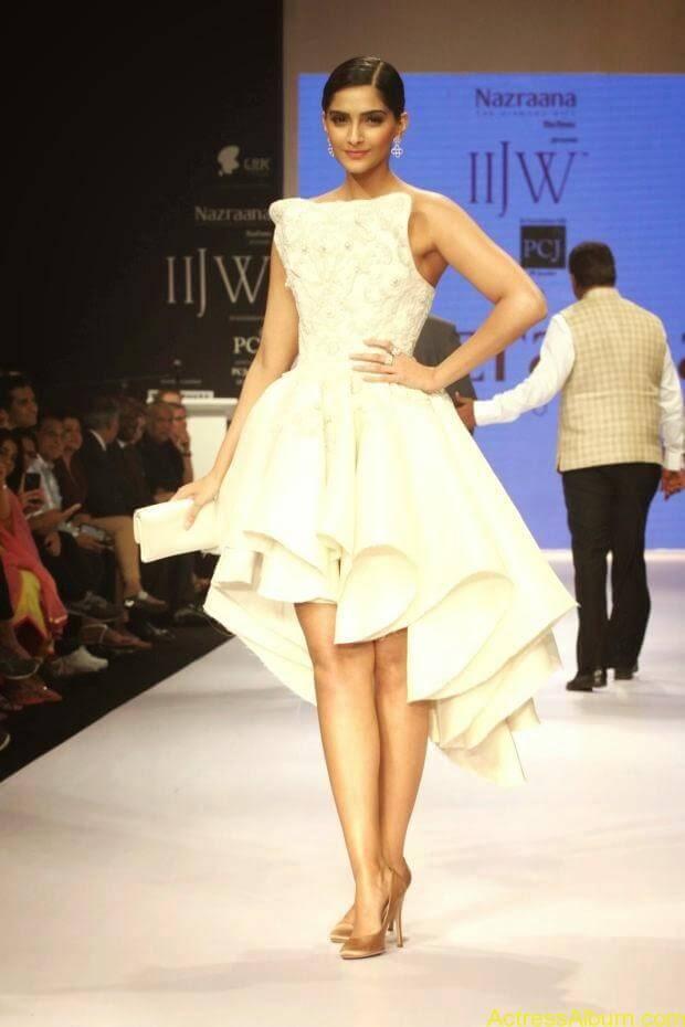 Sonam Kapoor hot ramp walk at IIJW 2014 (2)