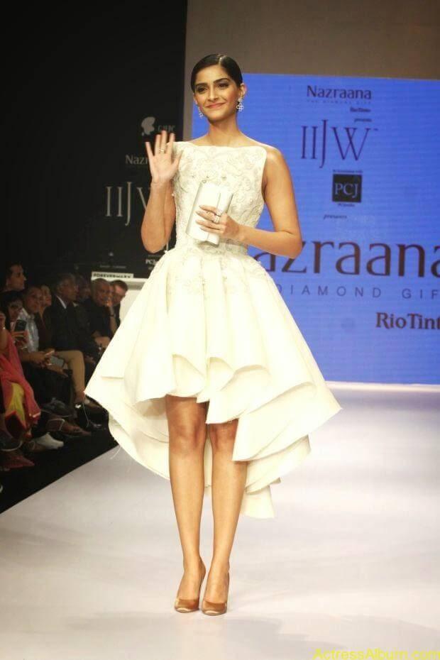 Sonam Kapoor hot ramp walk at IIJW 2014 (3)