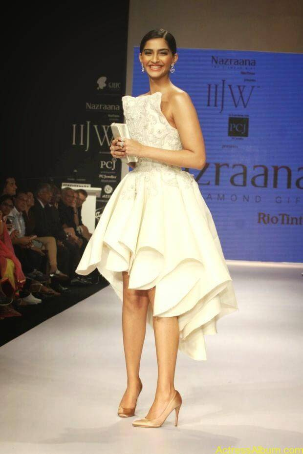 Sonam Kapoor hot ramp walk at IIJW 2014 (4)
