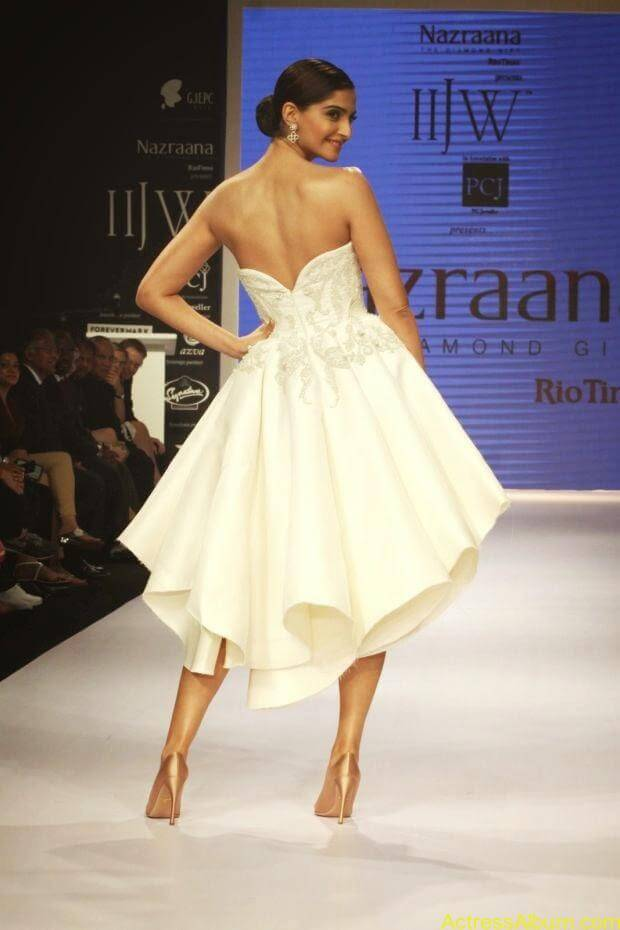 Sonam Kapoor hot ramp walk at IIJW 2014 (5)