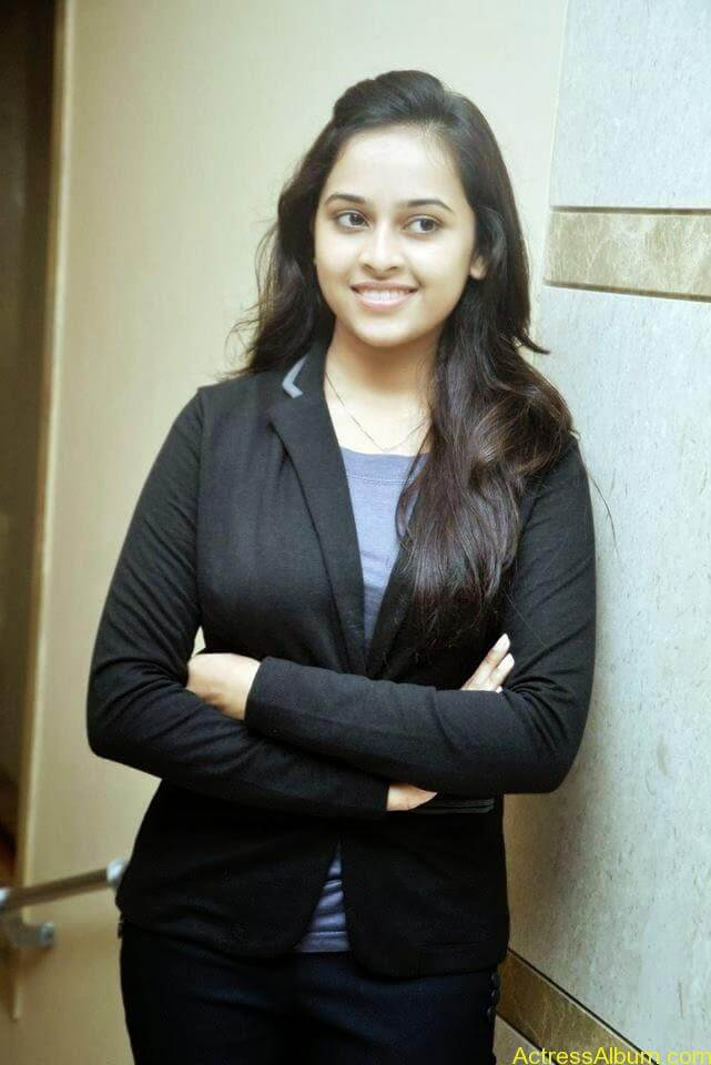 Sri divya cute hot stills (4)