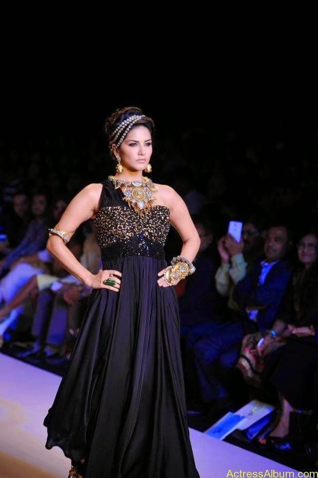 Sunny Leone  ramp walk at showstopper  IIJW 2014  (1)