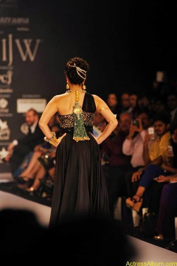 Sunny Leone  ramp walk at showstopper  IIJW 2014  (2)