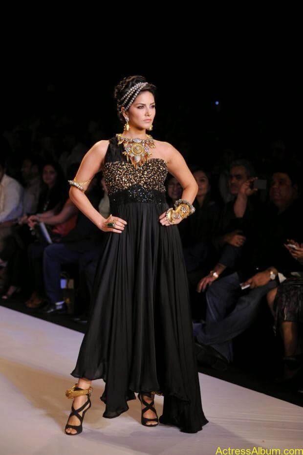 Sunny Leone  ramp walk at showstopper  IIJW 2014  (3)