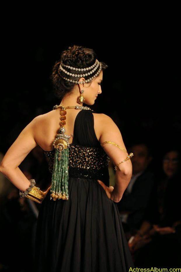 Sunny Leone  ramp walk at showstopper  IIJW 2014  (5)