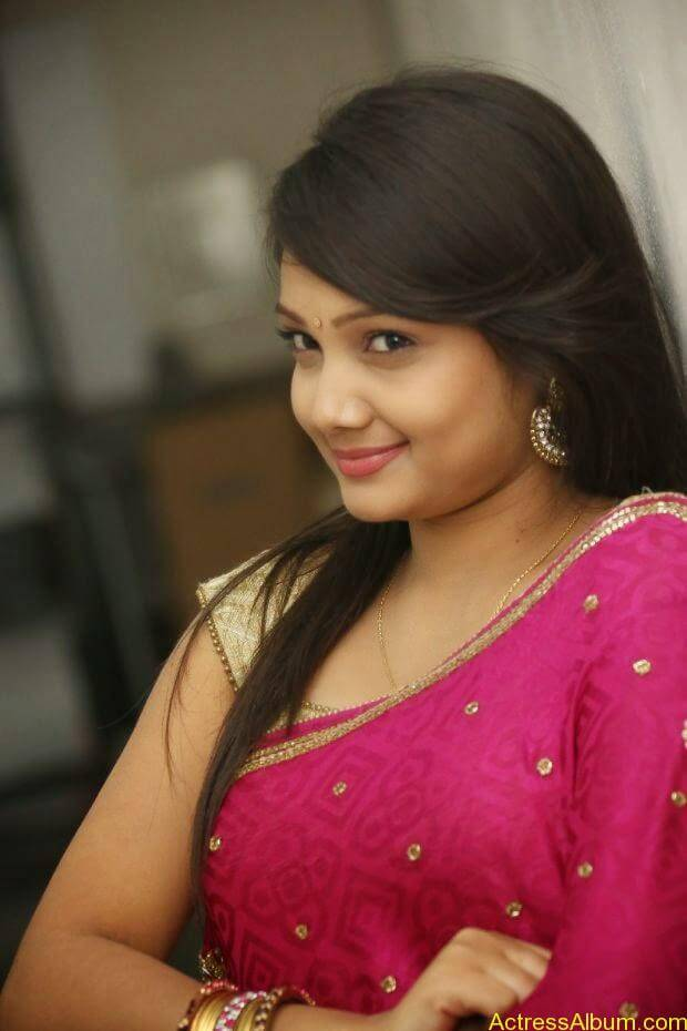 Telugu Actress Priyanka latest wallpapers in pink saree (6)