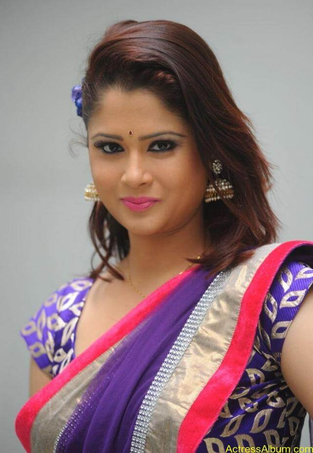 tv anchor shilpa chakravarthy hot stills in saree (1)