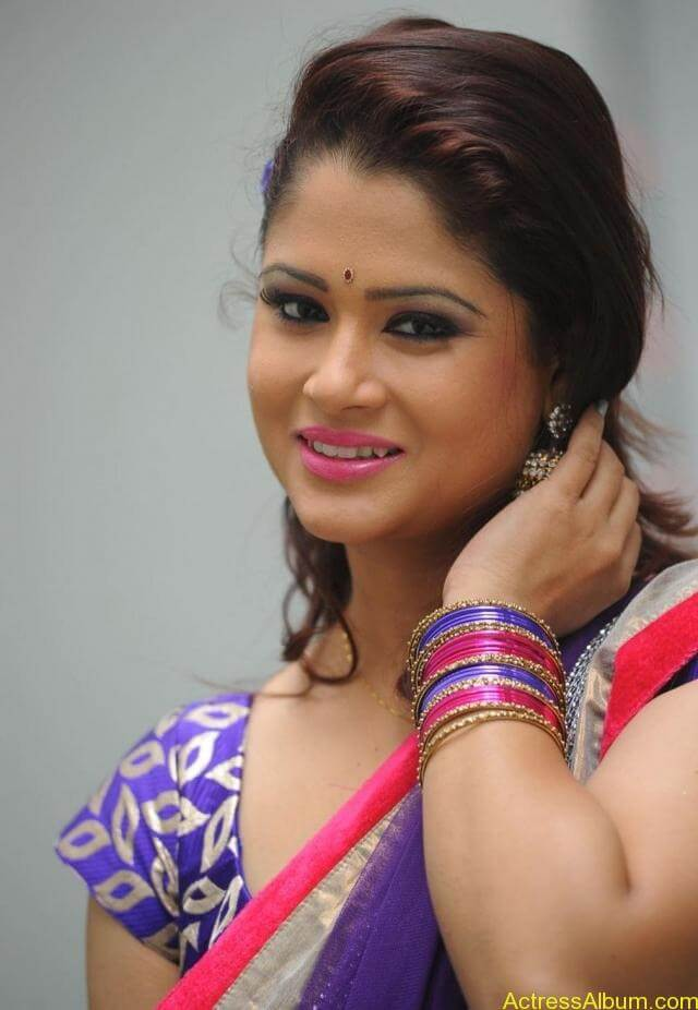 tv anchor shilpa chakravarthy hot stills in saree (2)