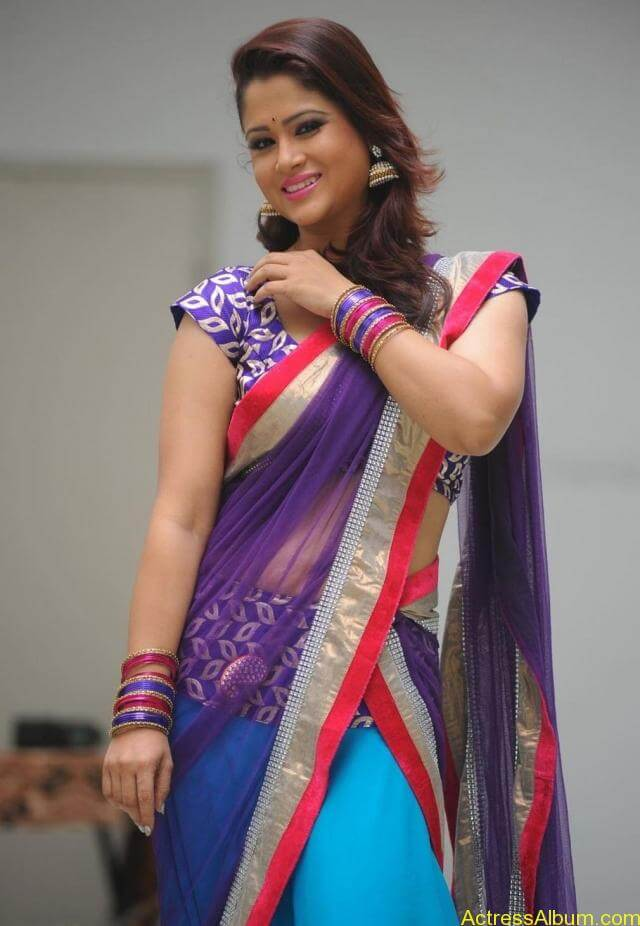 tv anchor shilpa chakravarthy hot stills in saree (4)