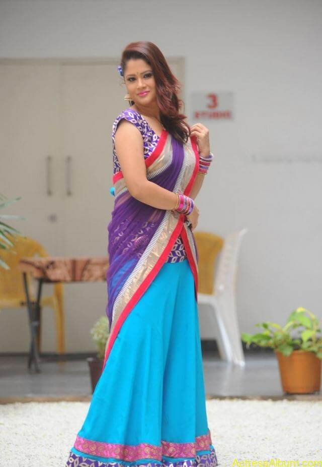 tv anchor shilpa chakravarthy hot stills in saree (6)