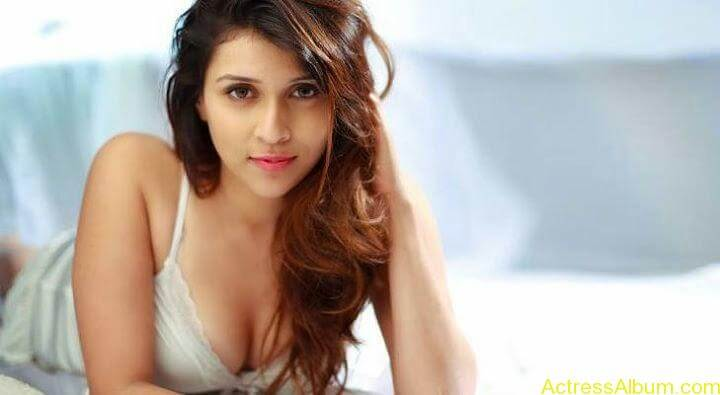 Zid Actress Mannara Chopra Hot Unseen Pics 9