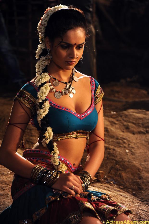 Nathalia Kaur Hot stills in Dalam Movie Item Song (1)