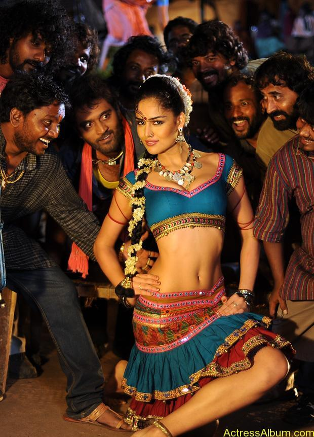 Nathalia Kaur Hot stills in Dalam Movie Item Song (3)