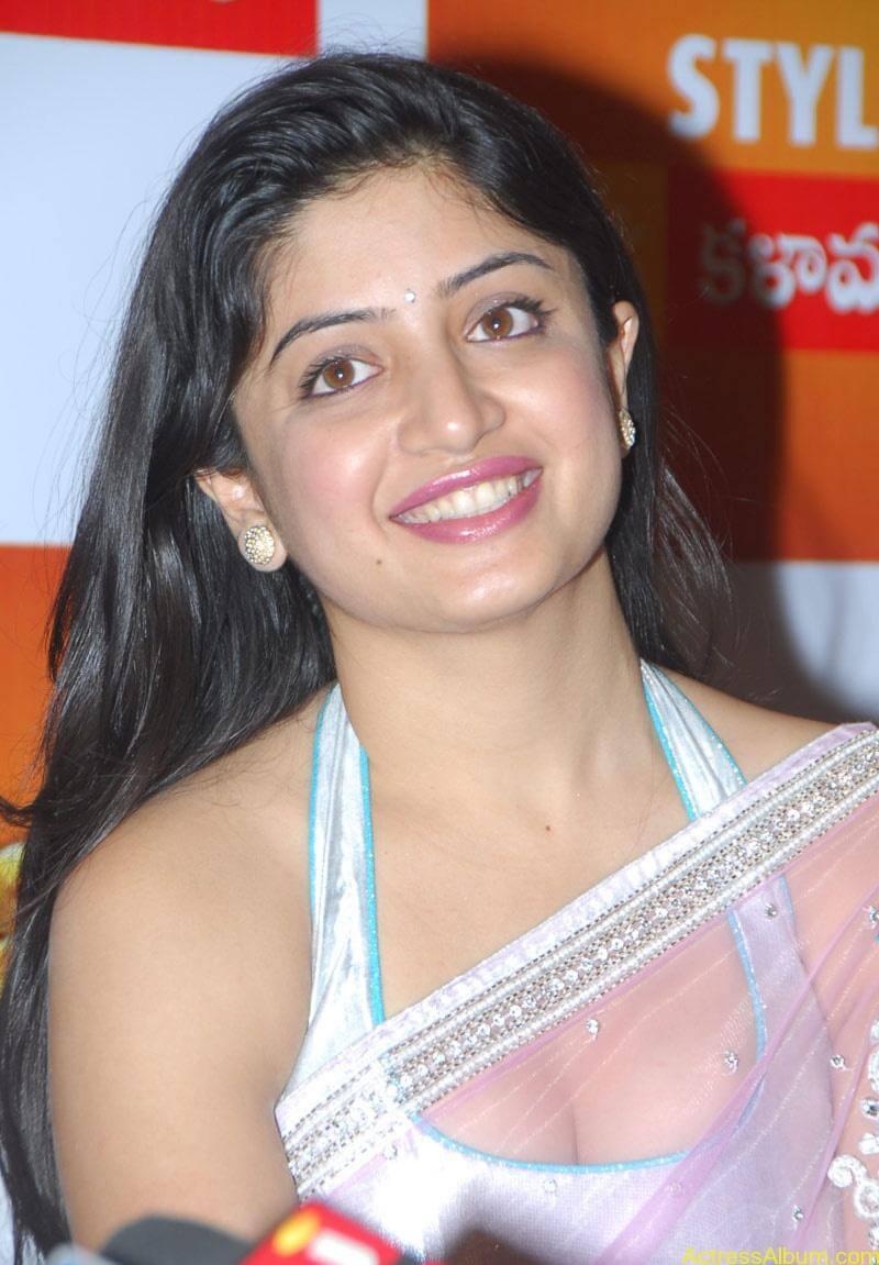Poonam Kaur Hot Stills at Kalamandir Nagavalli costumes collection (1)