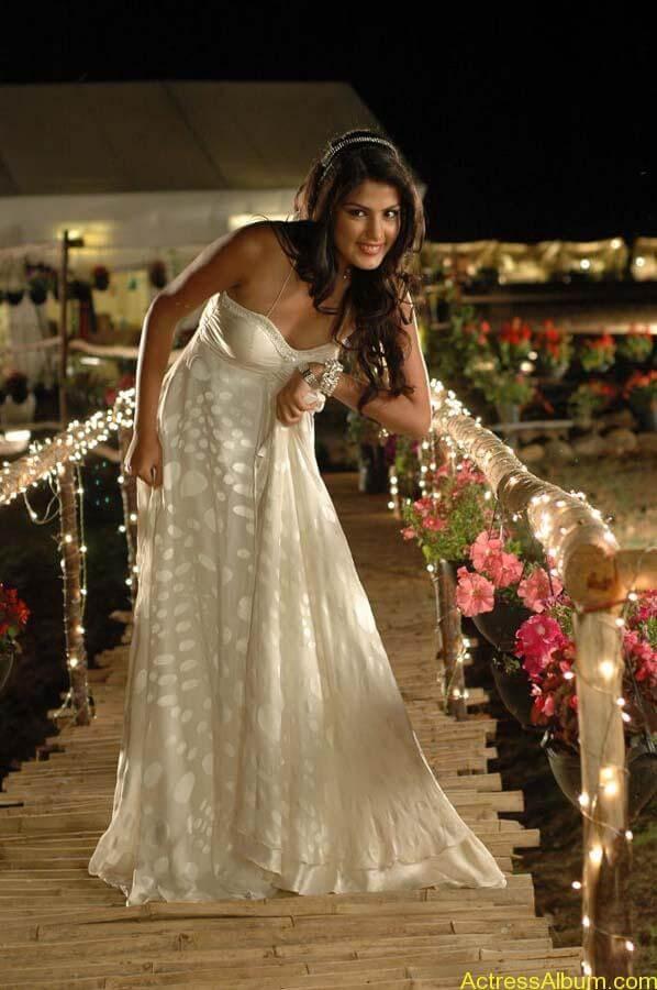 Tuneega Tuneega Actress Ria Chakravarthi Hot Spicy Stills