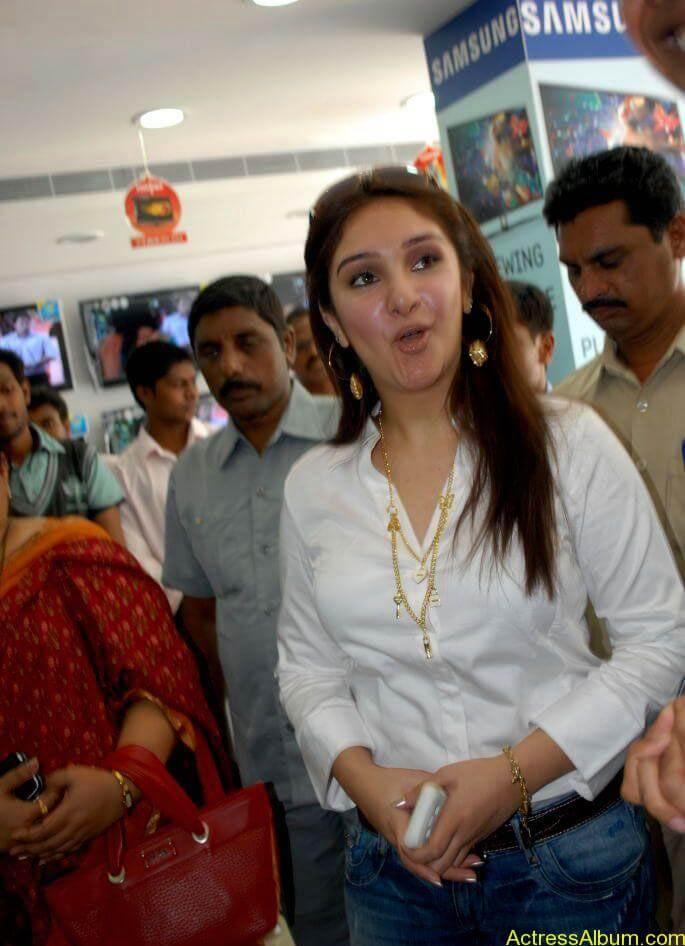 SrideviLaunchesBajajElectronics_20