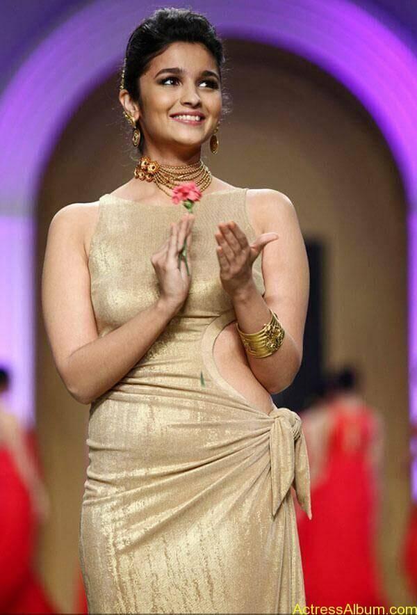 Alia Bhatt's wardrobe malfunction 5