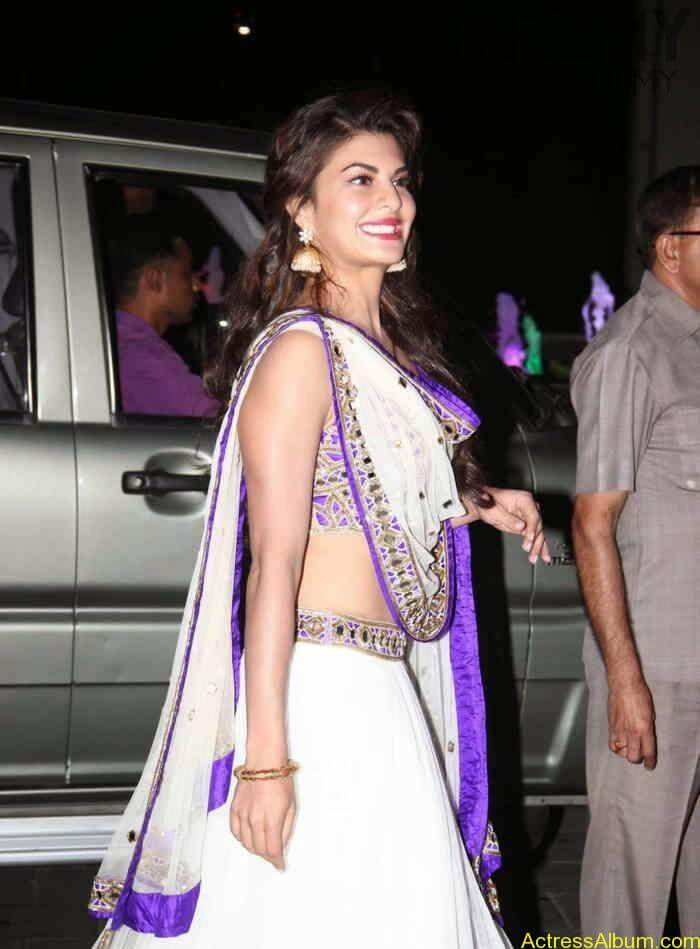 Jacqueline-Fernandez-Stills-at-Tulsi-Kumar-Wedding-Receptions-1