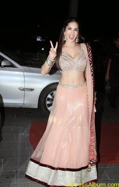 Sunny-Leone-Stills-at-Tulsi-Kumar's-Wedding-Receptions_2