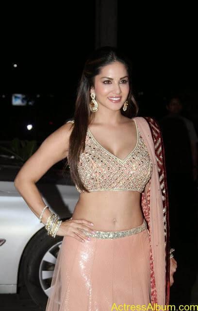 Sunny-Leone-Stills-at-Tulsi-Kumar's-Wedding-Receptions_5