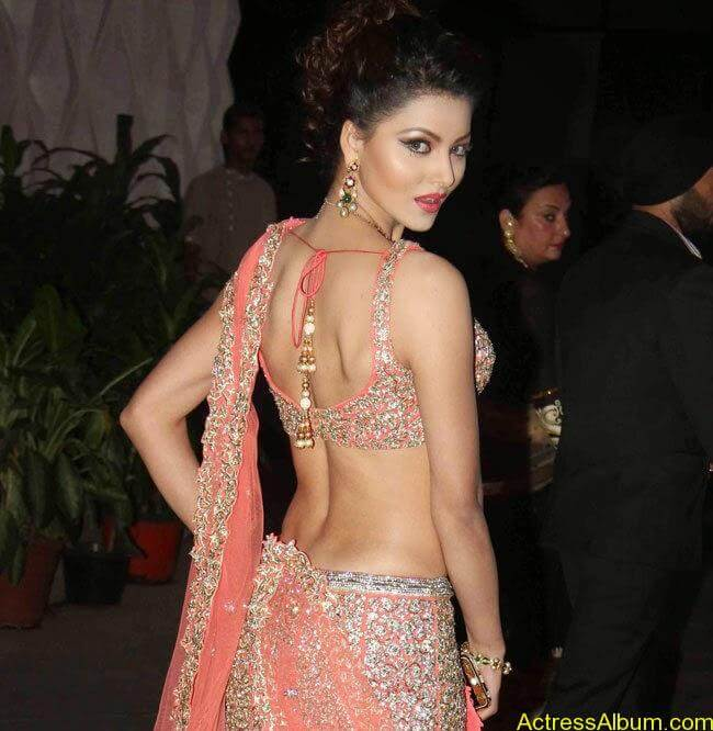 urvashi-rautela-stills-at-tulsi-kumar-and-hitesh-wedding-reception-1